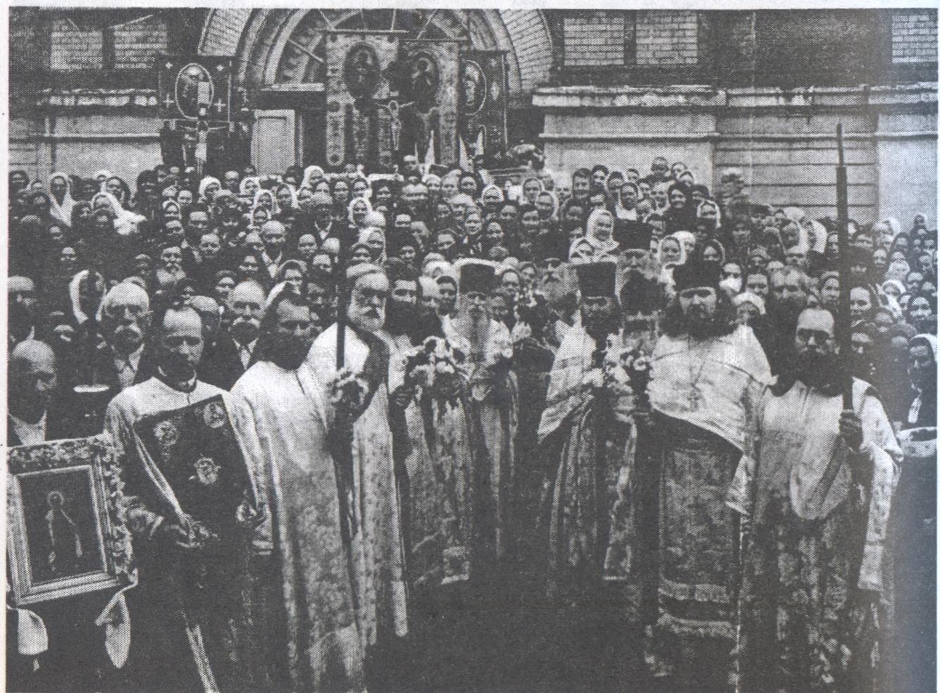 Престольный праздник в Александро-Невском соборе после войны. Третий справа — игумен Каллист