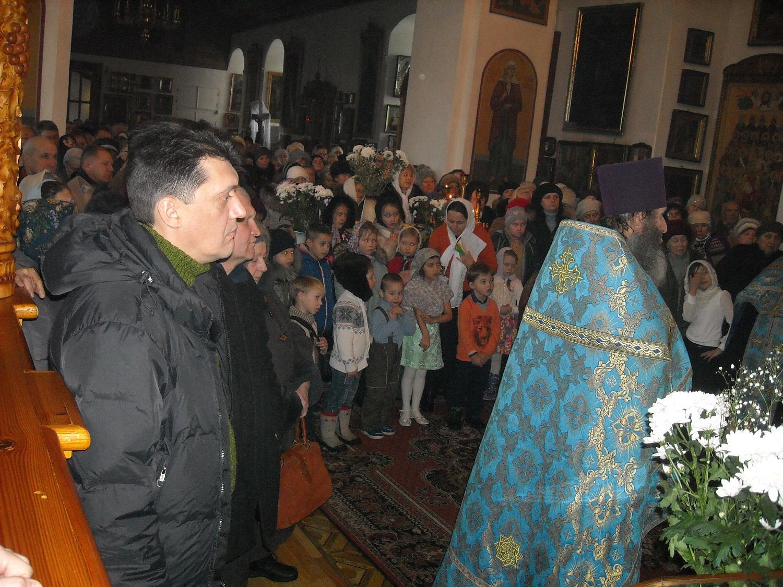 Дети воскресной школы Свято-Воскресенского храма также поздравили благочинного