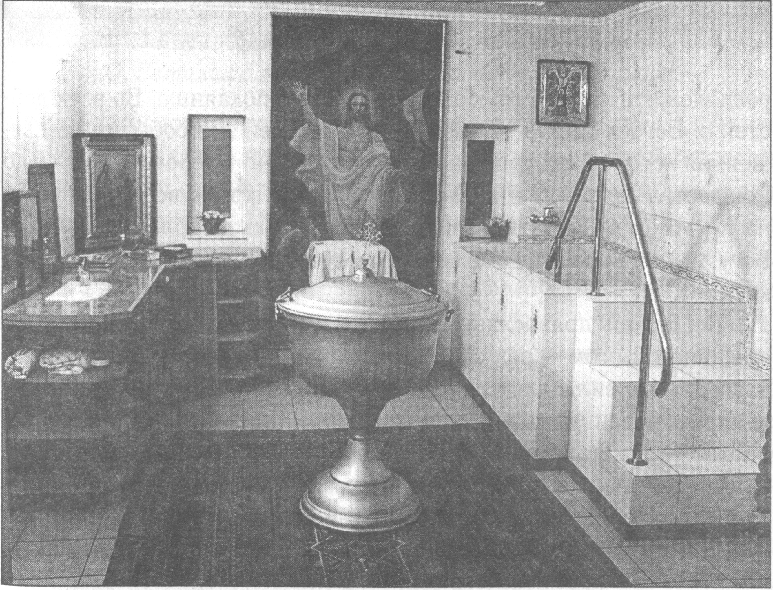 Крестильня. Купель для детей — в центре, для взрослых — справа