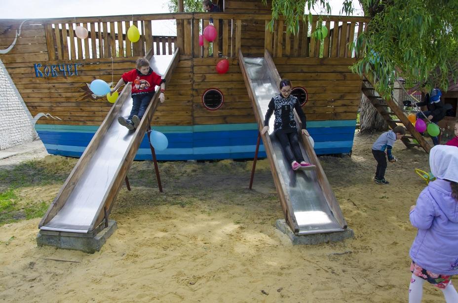 Дети катаются на горке.
