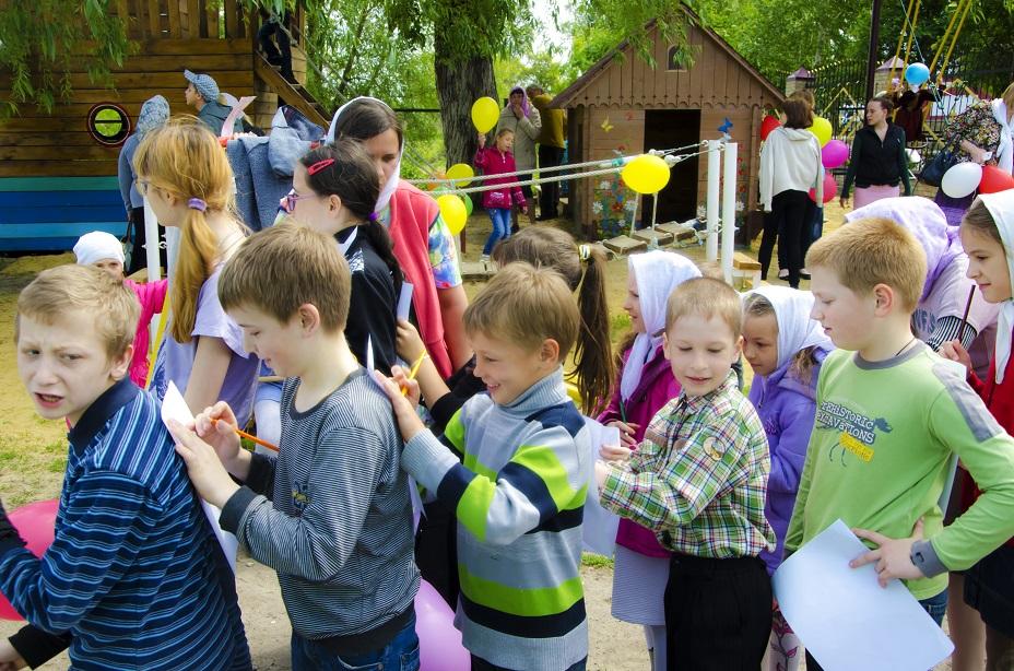 Дети на детской площадке учавствуют в конкурсах.