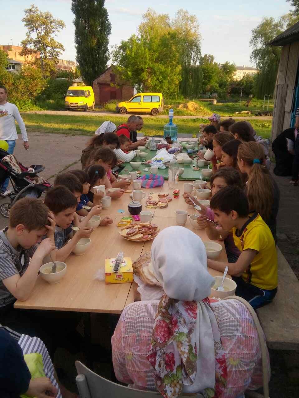 Родители и дети ужинают